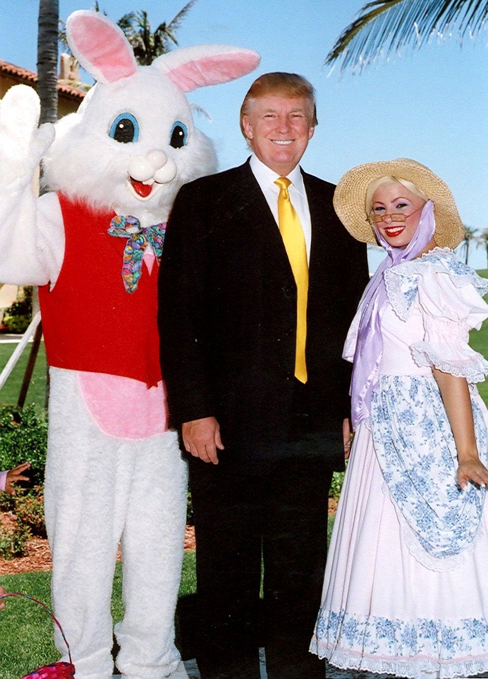 Trump brillando de felicidad durante una foto con el conejo de Pascua y Bo Peep en Mar-a-Lago en 2006: