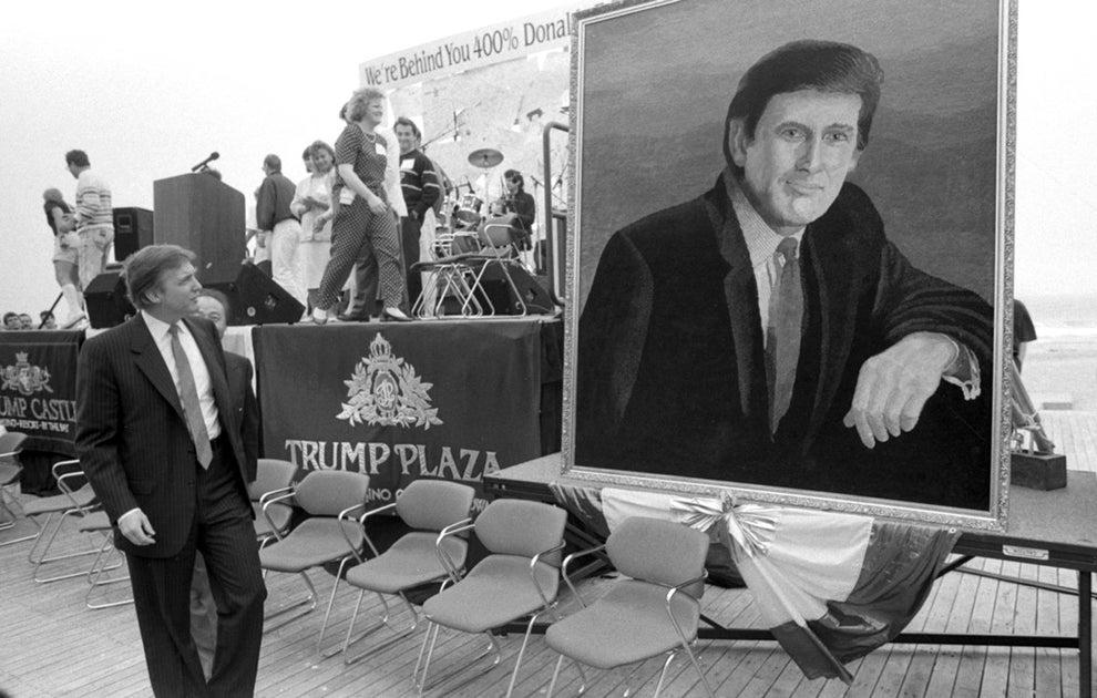 Trump admirando un retrato de Trump durante su fiesta de cumpleaños en 1990: