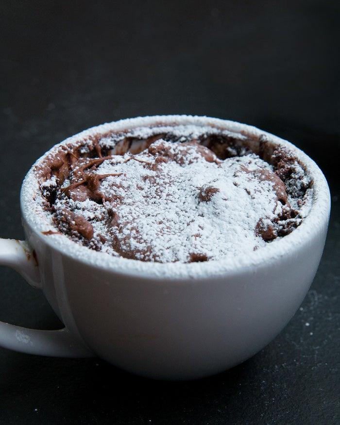 Portionen: 1 ZUTATEN4 EL Mehl3 EL Zucker2 EL Kakaopulver½ TL Backpulver3 EL Milch1 EL Öl, pflanzlich1 EL Vanille-Extrakt1 EL Schokoladen-Haselnuss-AufstrichZUBEREITUNG1. In einer Tasse alle Zutaten vermischen, bis alles miteinander verbunden ist. 2. Alle Zutaten vermischen bis auf den Haselnussaufstrich. Sobald alles vermischt ist, es mit einem Löffel auf den Backteig streichen.3. Auf hoher Stufe für 90 Sekunden bis 2 Minuten in die Mikrowelle geben und beobachten, um sicherzustellen, dass es nicht überläuft (abhängig von der Größe der Tasse). 4. Vor dem Verzehr eine Minute abkühlen lassen.5. Guten Appetit!
