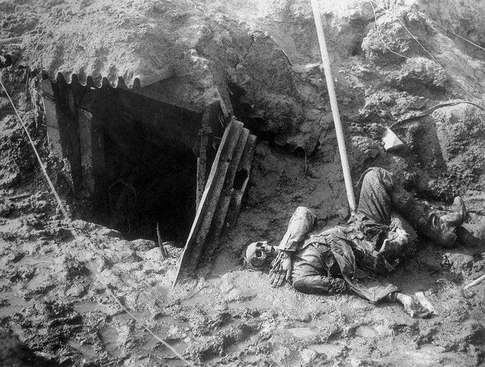 1917年頃、アルゴンヌのヒンデンブルク線を突破したアメリカ人兵士は、放置された塹壕とその入り口にたったひとつ残る骸骨を撮影した。