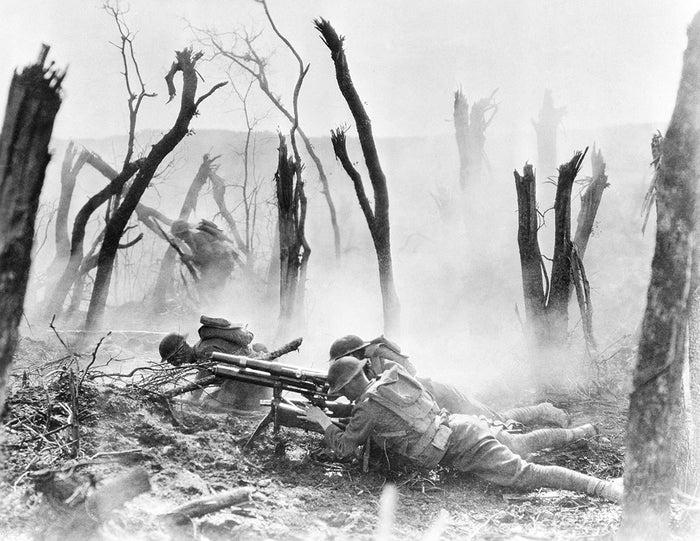 1918年4月3日、西部戦線でフランスのドイツ基地に向け37mmの銃弾を発射するアメリカ人兵士。