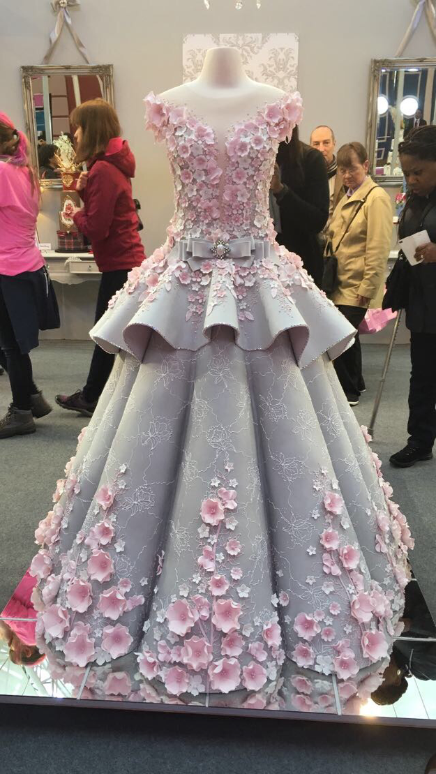 And this is baker Emma Jayne Morris of Emma Jayne Cake Design's cake version of that dress. That's right, folks, this is a cake!!!