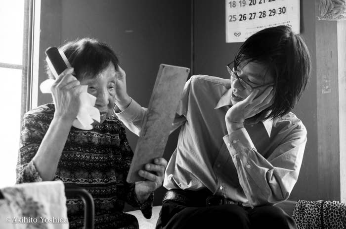 祖母と大輝さんを撮った最初の一枚。ここから、作品「Falling Leaves」がはじまった。