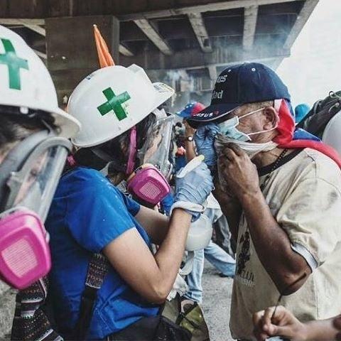 Esta es la lista de los insumos de primeros auxilios que necesitan los miembros de la Cruz Verde (Primeros Auxilios UCV) para seguir ayudando. La compra se realiza a través de Amazon y te ofrece la opción de enviar los productos directamente a Miami donde, sin costo adicional, constantemente salen paquetes con los insumos a Venezuela.Tu ayuda es muy importante, puedes hacerlo aquí. Mantente al día sobre nuevas formas de ayudar siguiendo sus cuentas oficiales:Instagram: @primerosauxiliosucvTwitter: @PA_UCVFacebook: PrimerosAuxiliosUCV