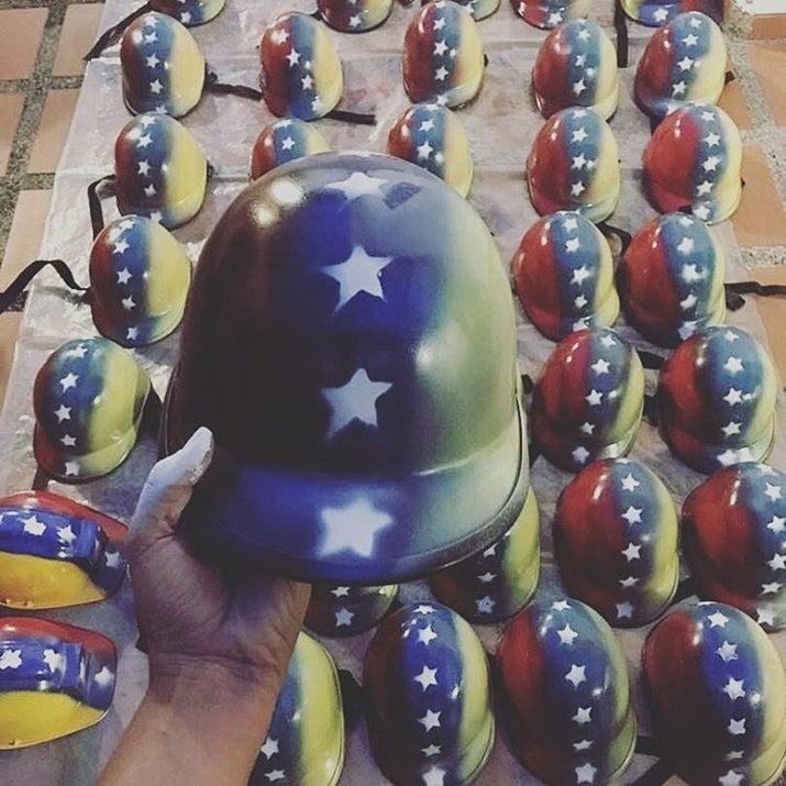 'Protegiendo las cabezas del futuro' es el mantra de Cascos Vs. Bombas, quienes donan cascos pintados con la bandera de Venezuela para resguardar a los manifestantes pacíficos.Ya alcanzaron el máximo de dinero que pidieron en donaciones y ahora se encuentran regalando cascos en la calle. Si tienes alguno en tu casa que quieras regalar o deseas ponerte en contacto con ellos, visita:Instagram: @cascosvsbombasTwitter: @cascosvsbombasFacebook: cascosvsbombas