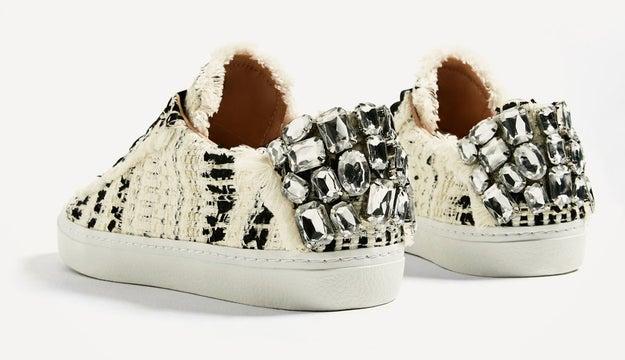 Cuando decidieron que poner cristales de Swarovski era poca cosa para ellos y le pusieron a unas zapatillas las joyas de la corona británica.