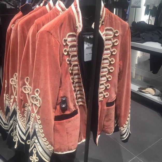 Cuando sacaron una chaqueta que viene muy bien si tienes que salir en la portada de Sgt. Pepper's Lonely Hearts Club Band.