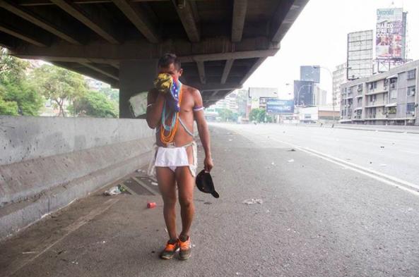 Lamentablemente, en medio de la represión policial y el caos del gas lacrimógeno, se perdió y quedó separado de su tribu. Afortunadamente, encontró su camino de vuelta con la ayuda de la fotógrafa Claudia Paparelli.