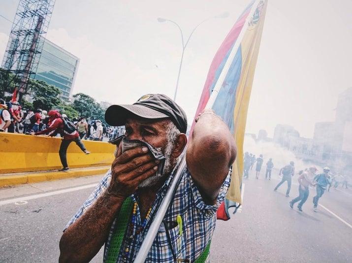Con la finalidad de colaborar en contrarrestar la violencia y represión de la Guardia Nacional Bolivariana y fuerzas armadas, Máscaras Vs Bombas trabaja en la adquisición de protección anti-gases.Con tu donación ayudarás a la compra de las máscaras, recibirás la factura y los envíos detallados de la entrega a Venezuela (de los que se encarga la organización).Puedes donar aquí.