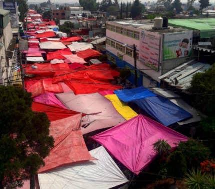 ¿Quién necesita una plaza comercial cuando puedes tener un mercado que construye su propio techo donde quiere?