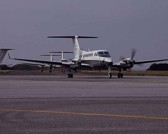 道庁によると、飛行は、北海道知事の災害派遣要請を受けたもの。函館市内の病院に入院していた男性患者(50代)の容態が悪化し、専門的な治療のために空輸する目的だったという。午後6時現在も、機体は見つかっておらず、隊員の安否は不明のままだ。NHKによると、陸上自衛隊は60人態勢で現場付近を捜索。航空自衛隊もヘリや捜索機を出したほか、消防も協力しているという。