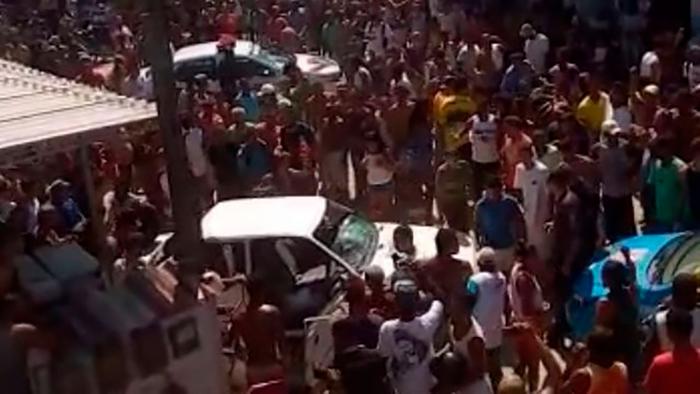 The crowd surrounding Luiz Aurelio de Paula's car.