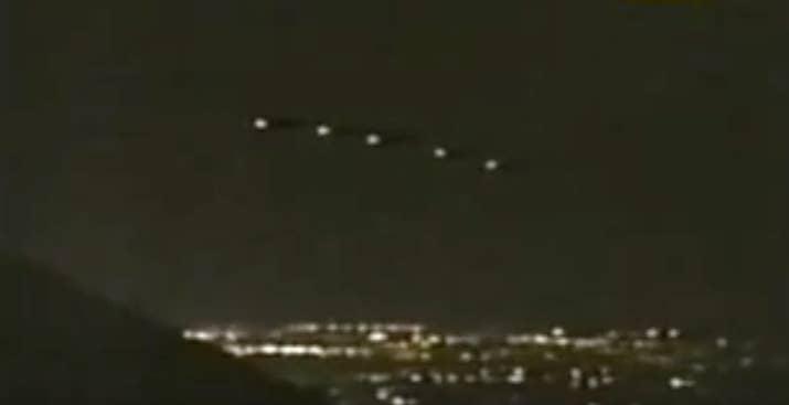 El 13 de marzo de 1997, los residentes de Phoenix, Arizona presenciaron una nave grande, negra y con forma de V, con cinco luces esféricas suspendidas en el cielo. Según testigos, las luces se movían en patrones extraños antes de desaparecer por completo. En aquel tiempo, el gobernador de Arizona, Fife Symington, descartó las teorías de ovni. Pero 10 años después, describió las luces como 'de otro mundo'.