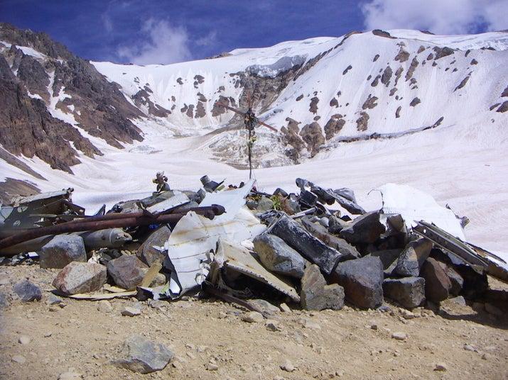 El 13 de octubre de 1972, un vuelo chárter con 45 pasajeros se estrellón en los Andes. Una cuarta parte de los pasajeros murieron en el accidente, algunos tras sucumbir a las condiciones de frío extremo. Sin alimento ni fuentes de calor, los sobrevivientes se vieron obligados a comer a los pasajeros fallecidos para alimentarse. Dieciséis de los pasajeros sobrevivieron tras ser rescatados meses después, el 23 de diciembre de 1972.