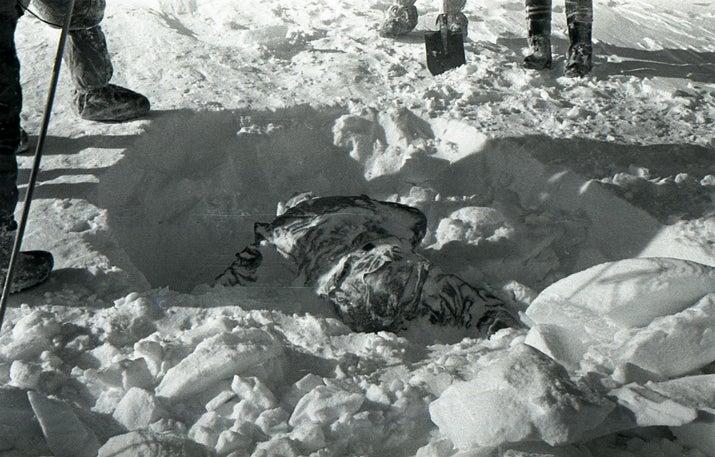 En febrero de 1959, nueve excursionistas aficionados al esquí fueron encontrados muertos cerca de su campamento al norte de los montes Urales en Rusia. Durante la noche, 'una fuerza desconocida' hizo que los excursionistas rasgaran sus tiendas y se apresuraran al frío extremo sin ropa adecuada, algunos de ellos descalzos. Seis de los excursionistas murieron de hipotermia. Sin embargo, algunos mostraban señales de trauma físico. Uno de ellos tenía señales de tener el cráneo fracturado y otro tenía daño cerebral pero sin señales de lesiones en el cráneo. Y a una excursionista le faltaba la lengua y los ojos. La cronología de los eventos aún se desconoce.