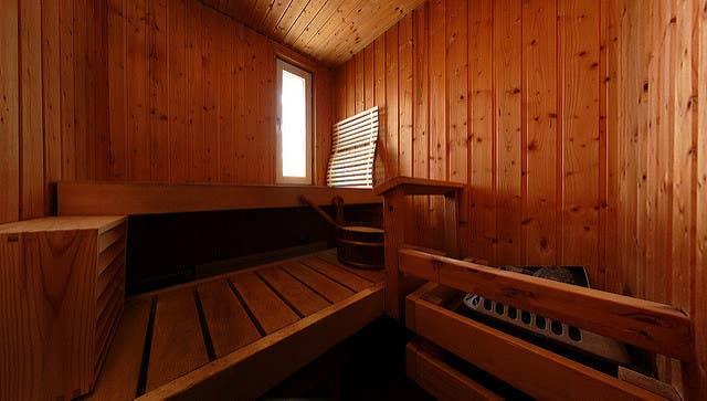 «Es una antigua superstición finlandesa, realmente ya no se cree en ello. A las mujeres no se les permitía entrar en la sauna cuando estaban con el periodo. La sauna era (bueno, aún es) un lugar sagrado. Las mujeres eran algo así como criaturas mágicas, principalmente porque poseen el poder de la reproducción. El periodo era ese momento místico del mes en que esos poderes secretos femeninos alcanzaban su punto álgido. Se consideraba sensato mantener apartado algo así de un lugar sagrado. Por otro lado, muchas mujeres daban a luz en una sauna».—Anónimo, 26, Finlandia
