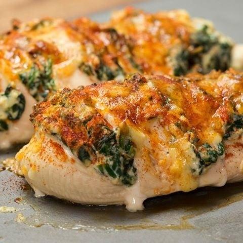 2人分材料:ほうれん草 50gリコッタチーズ 50g鶏むね肉 2枚チェダーチーズ 20gパプリカパウダー 適量塩コショウ 適量作り方:1.オーブンは200℃に予熱しておく。2.フライパンに油を熱し、ほうれん草を炒める。ほうれん草がしんなりしたらリコッタチーズを加え、よく和えたら火から下ろす。3.鶏むね肉に1cmごとに切り込みを入れ、間に(3)を詰める。塩コショウをふって、チェダーチーズとパプリカパウダーをかける。4.200℃のオーブンで25-30分焼いたら、完成!