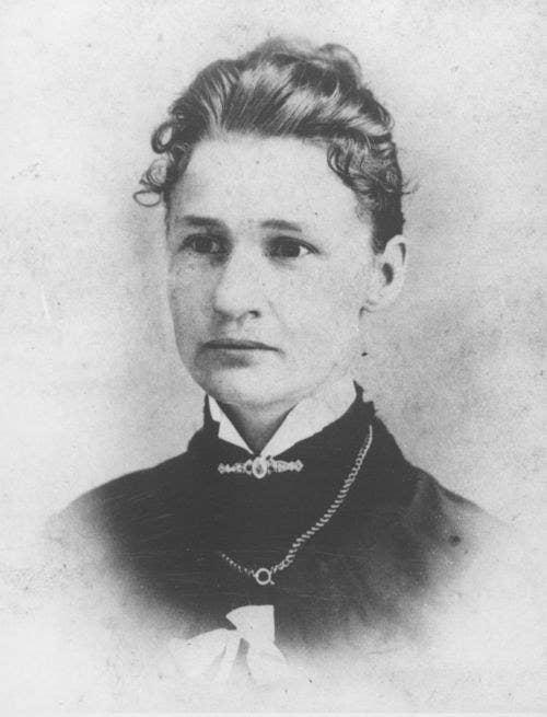 Susanna M. Salter fue la primera mujer en ser elegida alcaldesa y la primera mujer en ocupar cualquier cargo público en los Estados Unidos. En 1887, en la ciudad de Argonia, Kansas, Salter fue postulada como candidata a modo de broma por parte de un grupo de hombres que quería disuadir a las mujeres de meterse en la política. Salter se sorprendió al ver que su nombre había sido postulado, pero acordó aceptar el cargo si resultaba electa. Y así lo hizo.