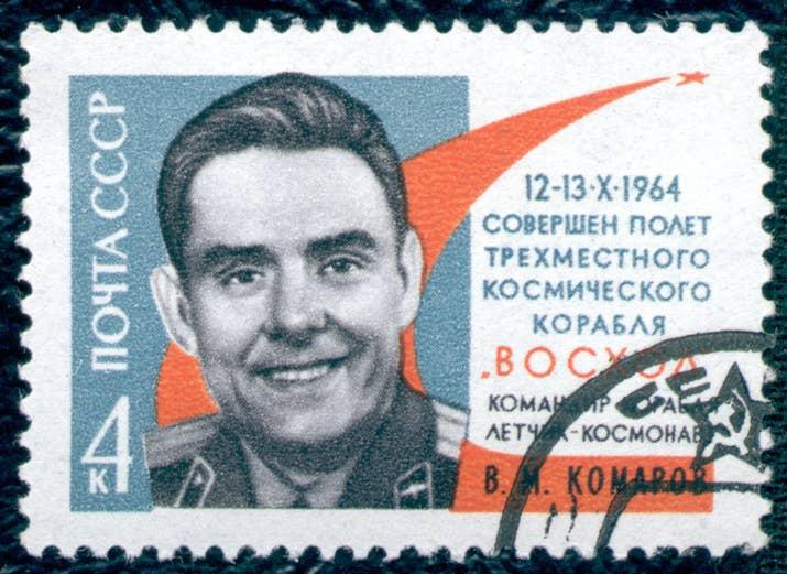 Vladimir Komarov fue un piloto de pruebas soviético asignado a comandar el Soyuz 1, el primer vuelo tripulado al espacio. Komarov y otros ingenieros tenían serias preocupaciones acerca del diseño y problemas de seguridad del Soyuz 1. Pero debido a la presión política para lograr un vuelo espacial tripulado para el aniversario del cumpleaños de Lenin, esas preocupaciones fueron ignoradas. Para proteger la vida de su amigo y piloto de respaldo Yuri Gagarin, Komarov eligió proseguir con el vuelo del Soyuz 1 en lugar de abandonar. El Soyuz 1 se estrelló al reingresar a la atmósfera de la Tierra cuando los paracaídas no se desplegaron. Komarov había solicitado un funeral a ataúd abierto 'para que los líderes soviéticos pudieran ver lo que habían hecho'.