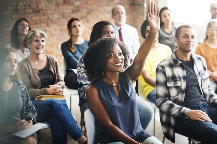 Você já não é mais jovem e inexperiente. Suas ideias têm tanto valor quanto as dos seus colegas.