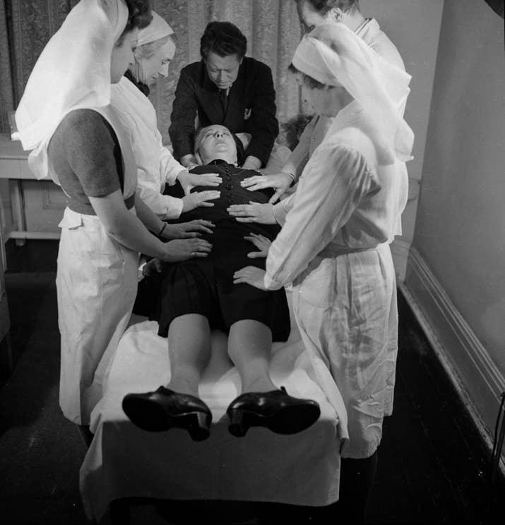 La novelista Margery Lawrence se deja tratar por los supuestos poderes curativos de Ronald Strong (1946).