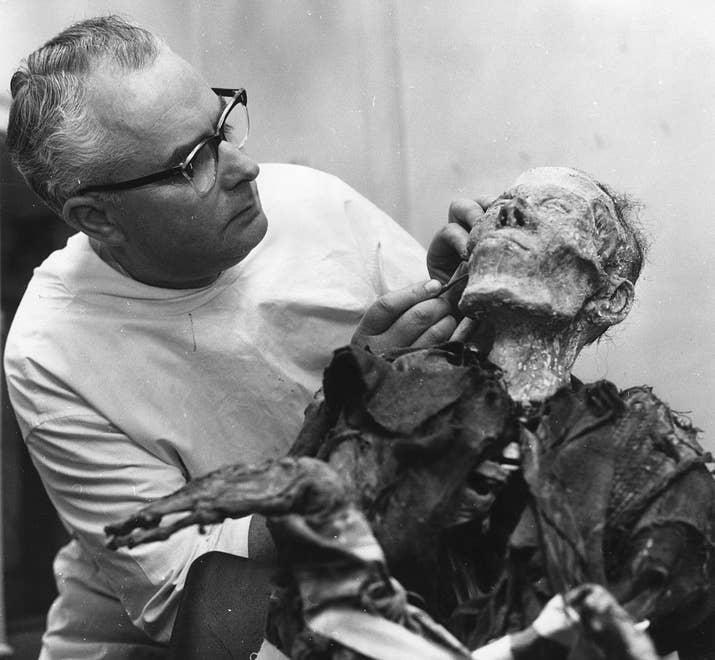 El maquillador y artesano Roy Ashton añade los últimos detalles a la figura de un cadáver descompuesto (1962).