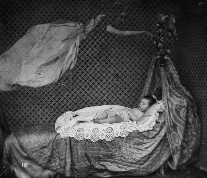 Otro montaje, en este caso de la visita de un espectro a un bebé (aproximadamente 1860).