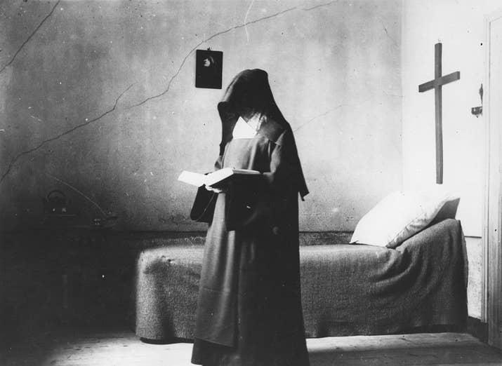 Una monja carmelita lee en su habitación (1904).