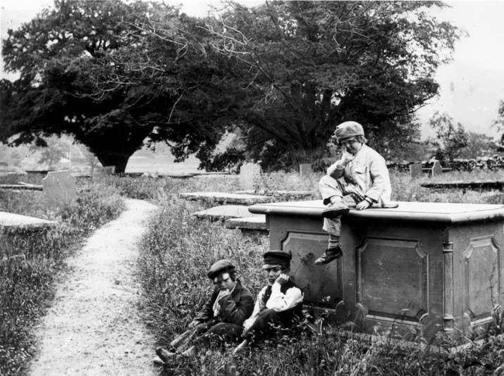 Niños en un cementerio (aproximadamente 1857).
