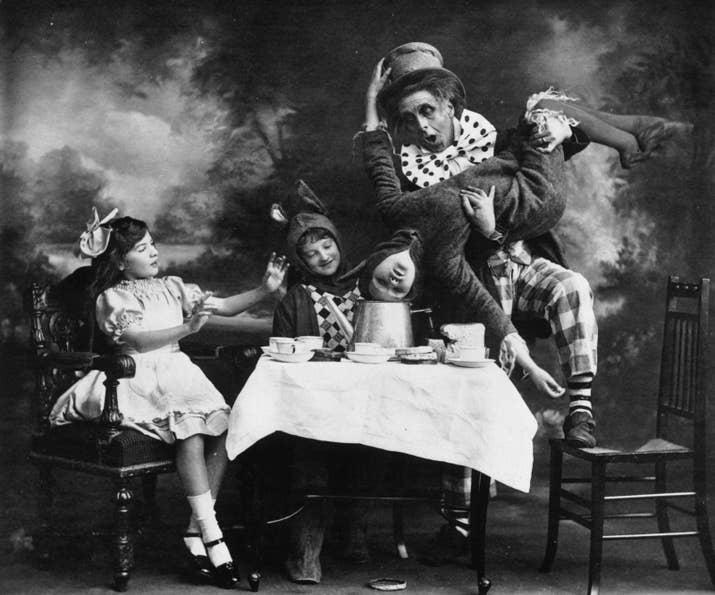 El sombrerero loco en una representación de 'Alicia en el país de las maravillas' en Londres (1910).