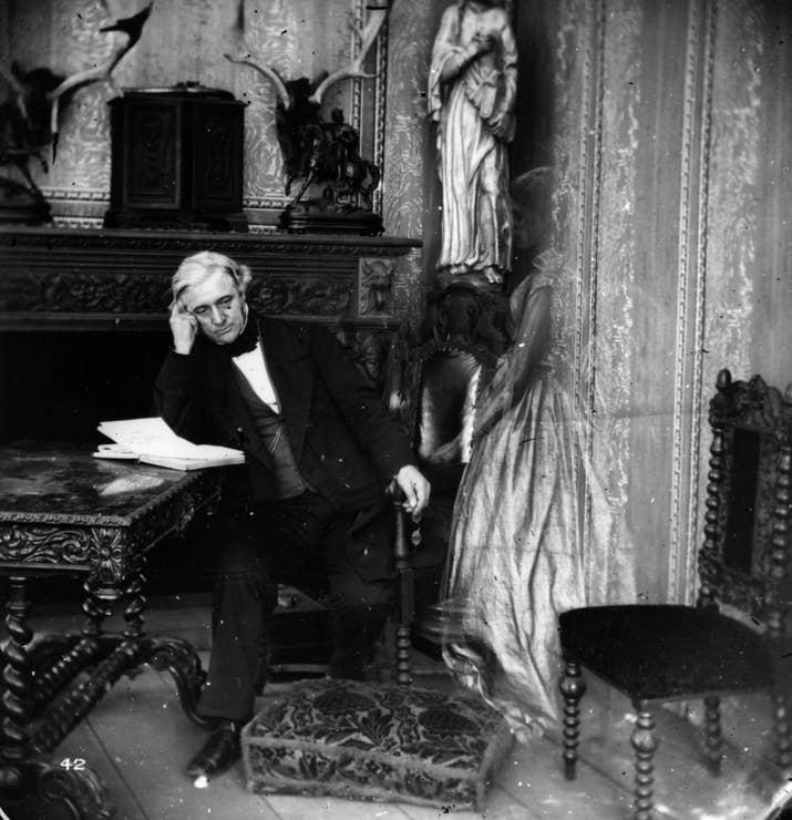 Un montaje en el que una figura espectral visita a un hombre que lee (aproximadamente 1860).