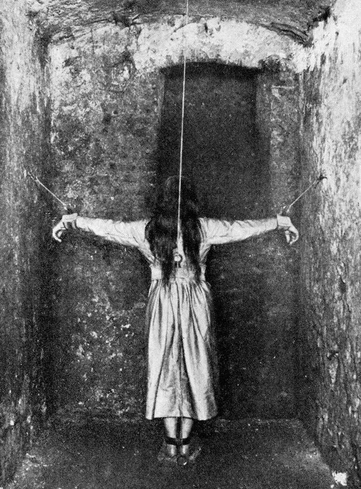 Una mujer, encerrada en una celda de un centro para el tratamiento de las enfermedades alemán (1890).