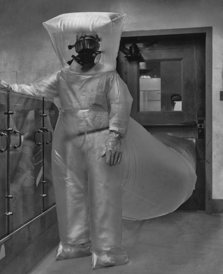 Un trabajador posa con un traje protector en una planta de producción de plutonio en Richland, Washington (1954).