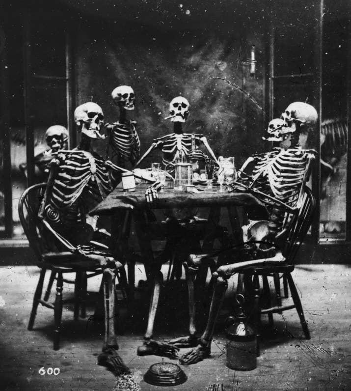 Seis esqueletos sentados alrededor de una mesa (aproximadamente 1865).