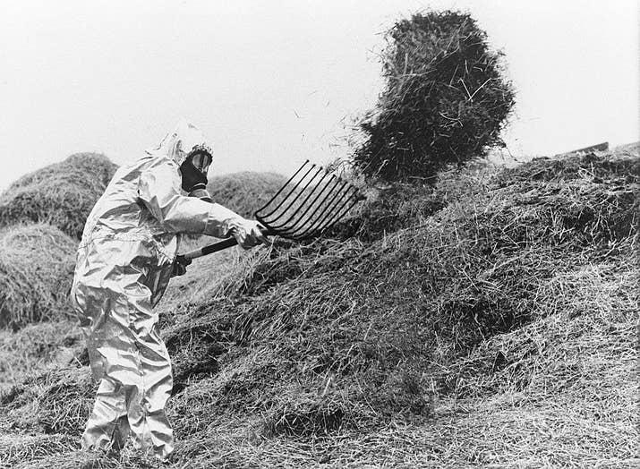 Un agricultor sueco con un traje antinuclear desplaza el forraje contaminado en Chernóbil pocos días después del accidente (1986).