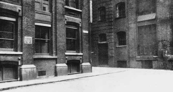 El pasaje de la Iglesia (posteriormente Pasaje de Saint James), en 1928. Jack el destripador asesinó a Catherine Eddowes en este pasaje en 1888.