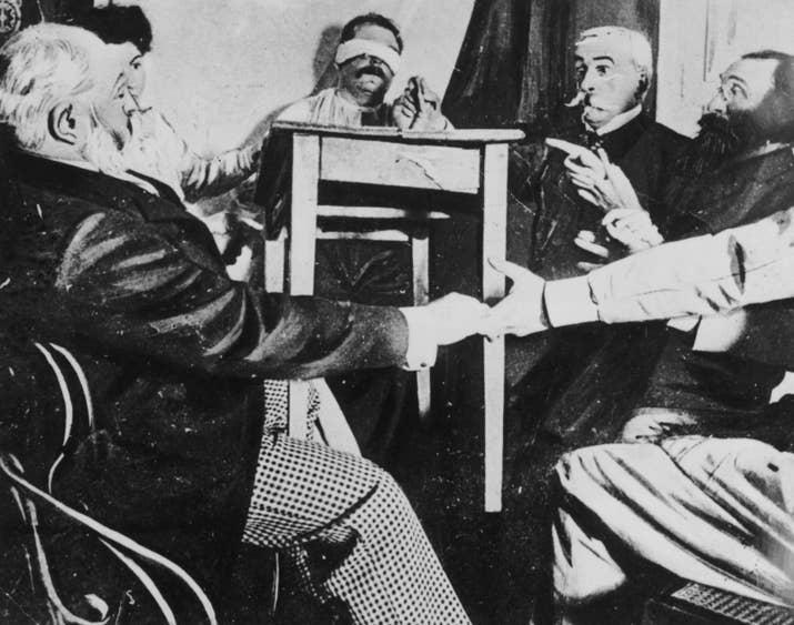 Un grupo de personas realiza una sesión de espiritismo en Francia (aproximadamente 1870).