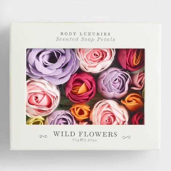 一盒不同颜色和大小的玫瑰,可移动花瓣
