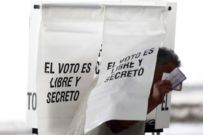 """Las reglas electorales establecen que un candidato independiente debe obtener la firma del 1 por ciento de la lista nominal de electores del país y este cantidad debe representar al menos a 17 de los 32 estados de México. Es decir, """"Marichuy"""", el CNI y el EZLN deberán recabar la firma de 866 mil 593 personas en 120 días. La fecha límite son las primeras semanas de febrero."""