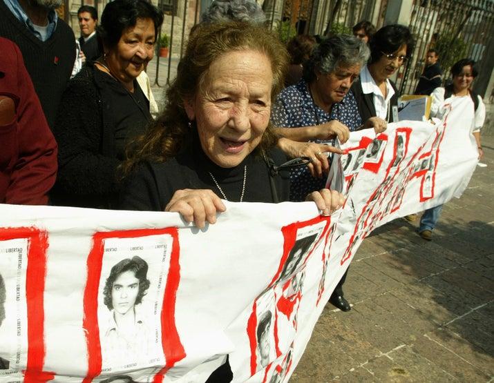 La activista Rosario Ibarra de Piedra fue la primera mujer en postularse y lo hizo en dos ocasiones, en 1982 y 1988, por el Partido Revolucionario de los Trabajadores (PTR). Después siguieron Cecilia Soto, del Partido del Trabajo (PT), y Marcela Lombardo Otero, del Partido Popular Socialista (PPS), en 1994. En el 2006, Patricia Mercado se lanzó por el Partido Alternativa Socialdemócrata y Campesina. Y en 2012, Josefina Vázquez Mota se postuló por el PAN y, aunque perdió, se convirtió en la mujer que más votos ha recibido en la historia de México con casi 13 millones.