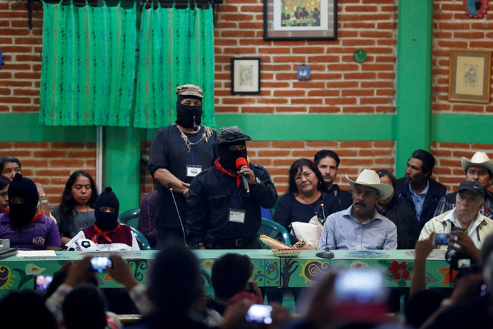 """Fortino Domínguez, uno de los integrantes de la Asamblea del CNI, dijo que su lucha es en contra del sistema tradicional de partidos políticos que concentra el poder: """"No vamos a hacer una campaña, sino vamos a aprovechar esto para organizarnos para desmontar el poder. Es un camino colectivo. […] No se confundan: no es una vulgar lucha por el poder, sino una lucha civilizadora""""."""
