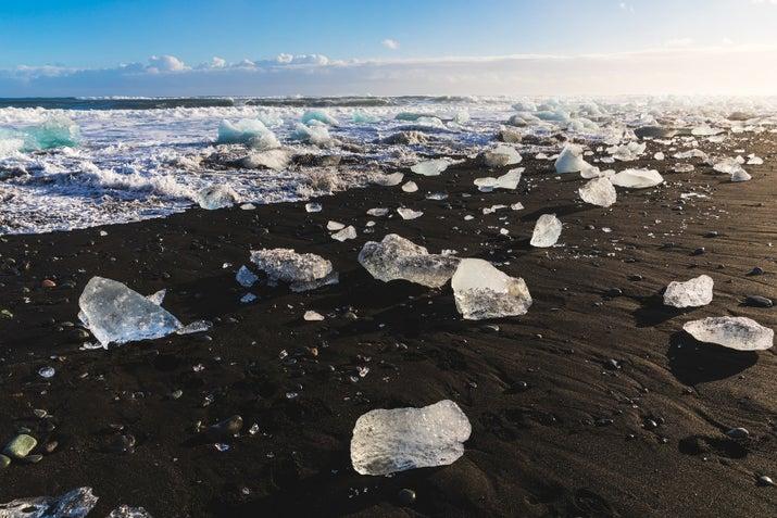 Aquí encontrará hielo roto procedente de Vatnajökull acostado en la orilla del mar junto al lago laguna.  Parece que los diamantes gigantes en la arena negro y es quizás la más impresionante visual nunca, y también de tipo gótico.