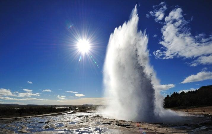 Strokkur es un géiser fuente en el área geotérmica al lado del río Hvítá este de Reykjavik.  Se entra en erupción cada 6-10 minutos, por lo que te van a ver un espectáculo.