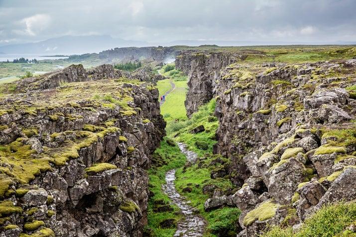El valle del Rift está situado en los límites de las placas tectónicas de la Dorsal del Atlántico y es simplemente mágico para pasear por ellos.  Una visita obligada en el Círculo de Oro.