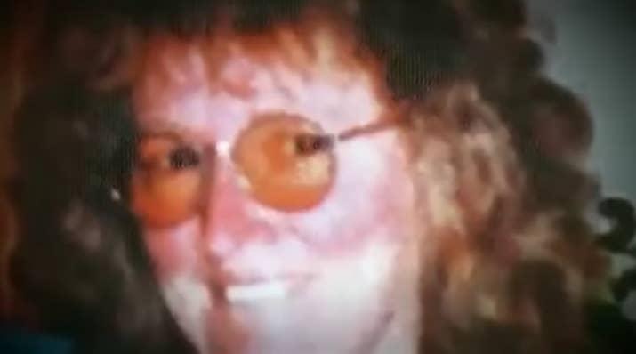 En febrero del 2000, John Price obtuvo una orden de restricción contra su pareja Katherine Knight. En respuesta, Knight asesinó a Price apuñalándolo 37 veces. Lo desolló, cocinó su cabeza y varias otras partes del cuerpo con algunos vegetales, y los sirvió prolijamente en platos junto a tarjetas con los nombres de los hijos de Price.