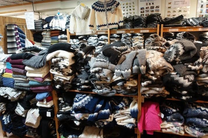 Hay un montón de suéteres de punto a mano para comprar en Islandia y se le sorprendió en lo caliente que son.  Esta imagen fue tomada en la Asociación handknitting de Islandia en Reykjavik.