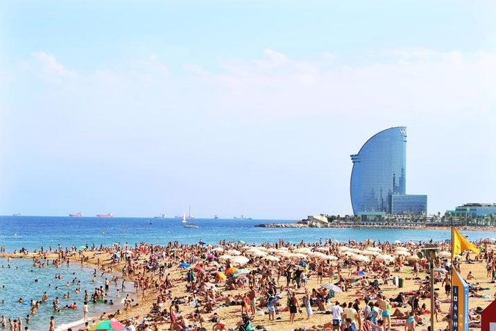 この地中海都市ではいつでも夏のようだ。