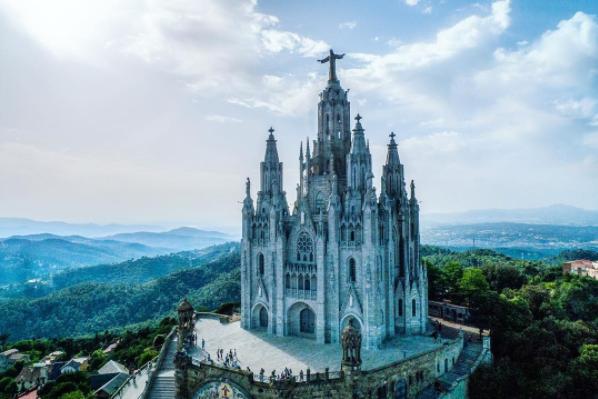これはサグラット・コール教会と呼ばれており、ティビダボの丘の頂上に建てられている。
