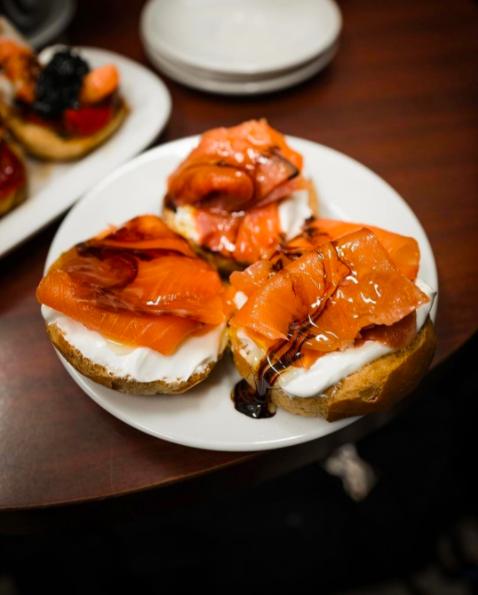 これらはモンタディートスと呼ばれていて、タパスサイズのサンドイッチの上に、スモークサーモンからシェーブルチーズ、チョリソ、ケソ・マンチェゴまで、あらゆるものがトッピングされる。最高なのは、小さいので、1つずつ食べてみられることだ。