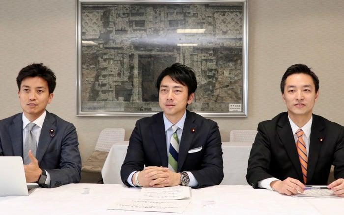 左から小林氏、小泉氏、村井氏。